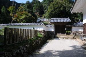 白い塀の中に京極家墓所があります