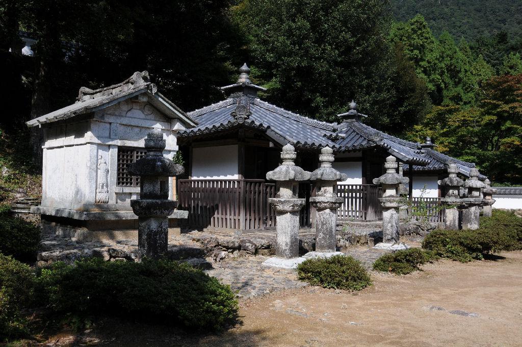 19代京極高次の墓は石廟