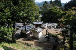 石段をあがり上からみた京極高次の墓