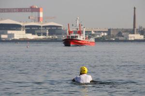 救助される役の人が海に入って行きました