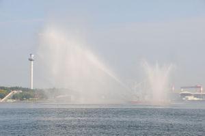 消防艇が見えないくらいの放水量