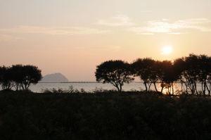 夕日に染まる西の空、竹生島が見えてきました