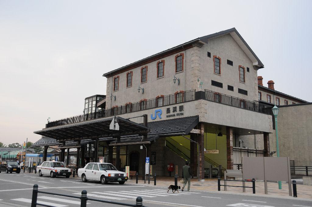 朝早い時間の北陸本線・長浜駅