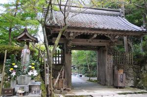 本坊明寿院の山門