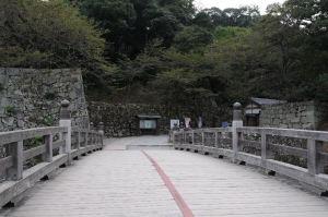 「表門橋」を渡ります
