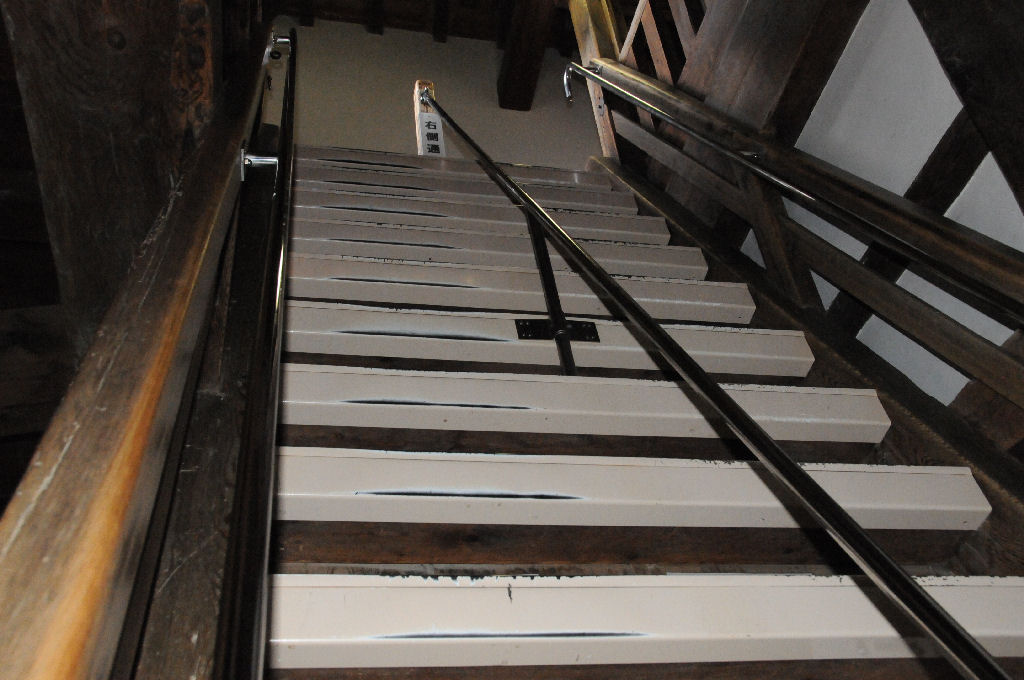 天守へ上がる階段、傾斜が62度もある