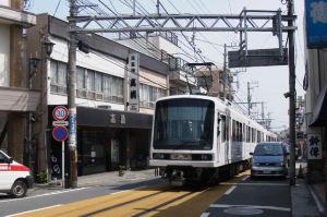 人も車も電車に近い所を通っています