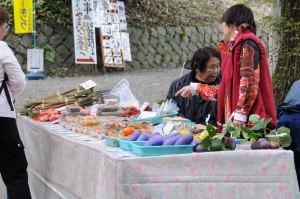 地元の方が果物など販売