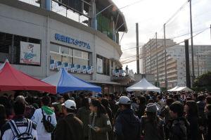 ランチタイムでスタジアム前は大混雑