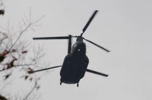 上空から大きなヘリが