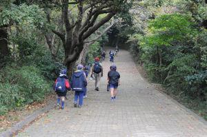 ハイキングコースを行くボーイスカウトの子供たち