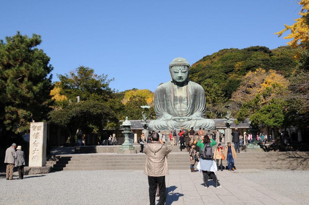 左には「国宝・鎌倉大仏」の大きな石柱