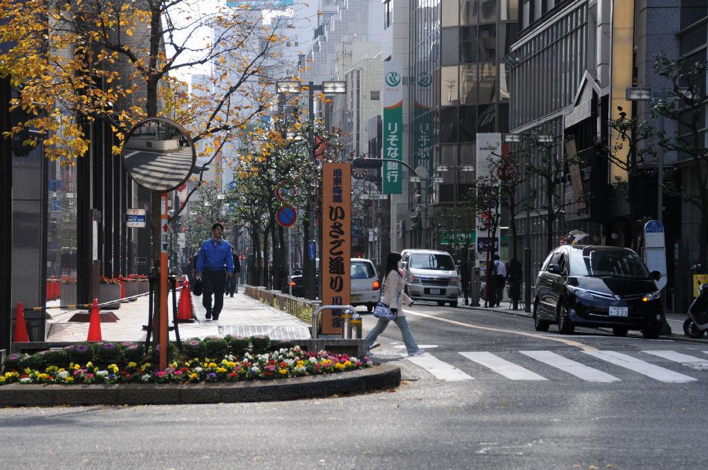 左角「川崎信用金庫本店」