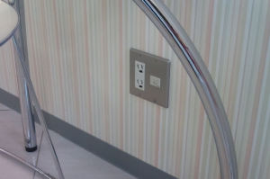 壁にはコンセントとLAN回線端子