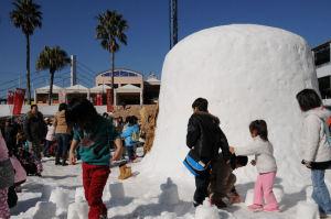 約30トンの雪で作られた「かまくら」