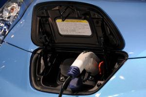 リーフへの家庭用充電のデモ