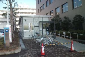 庁舎脇のプレハブ作りの建物で受付
