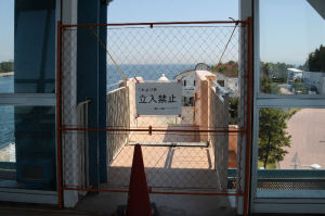 橋へ上がると階段への「立入禁止」札が
