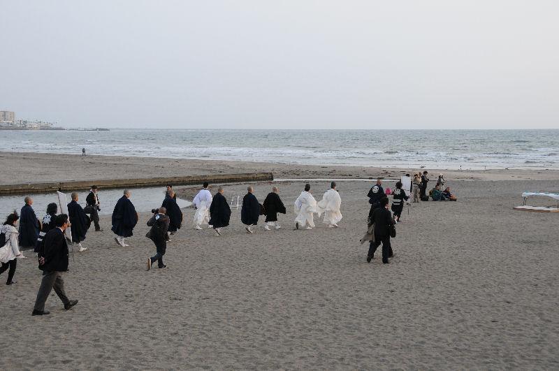 由比ヶ浜の海岸へ降りていきます