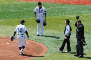 マウンドでは林横浜市長、渡田主審、先発の山本が