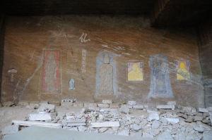 石仏が壁面に彫ってあります