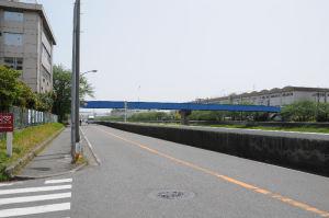 青い橋は対岸の日立製作所への専用道路