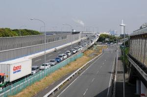 湾岸線、幸浦出口の渋滞は本線上まで
