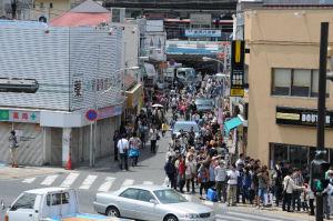 京急線「金沢八景駅」前