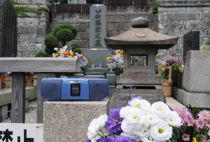 ひばりさんのお墓の前で