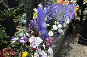 墓所内の献花