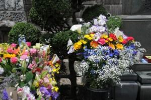 墓石前の献花
