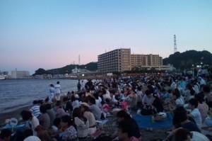 海岸には大勢の人が集まっています