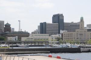 中央は「神奈川県新庁舎」