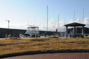 先にあるのが葉山港 A防波堤灯台