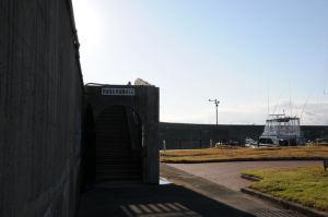 A防波堤灯台の入口階段