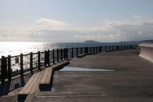 A防波堤灯台、江の島がみえます