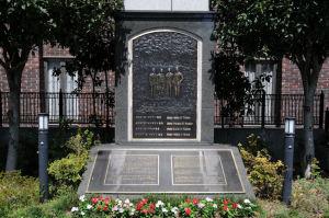 教会前に記念碑