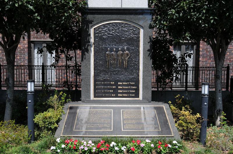 教会の前に記念碑