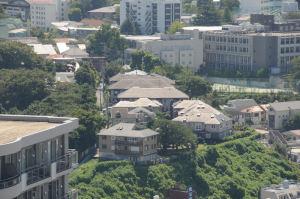 住宅の間に見える緑は元町百段公園