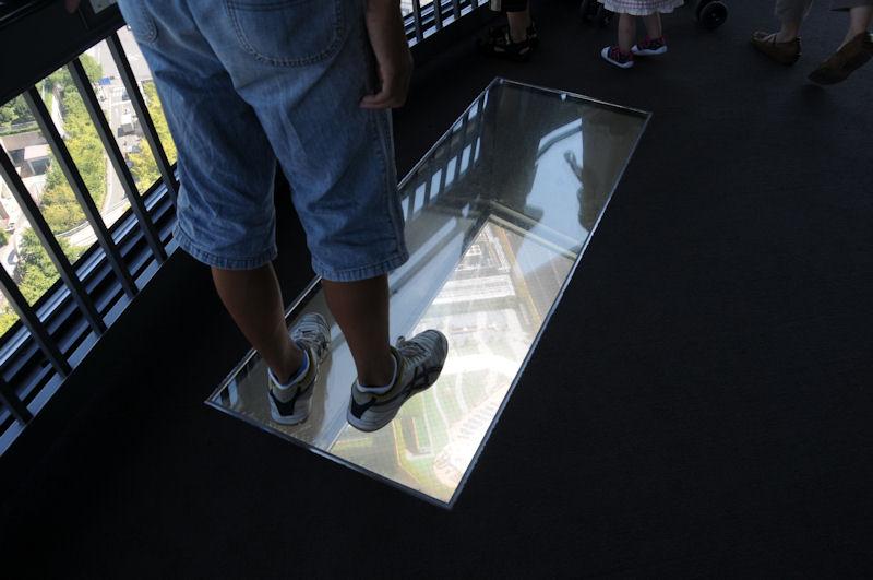 床の一部にガラスが