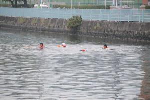 1隻のカヌーは沈没