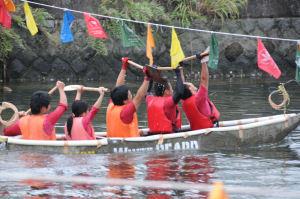 関東学院のチームが1着でゴール