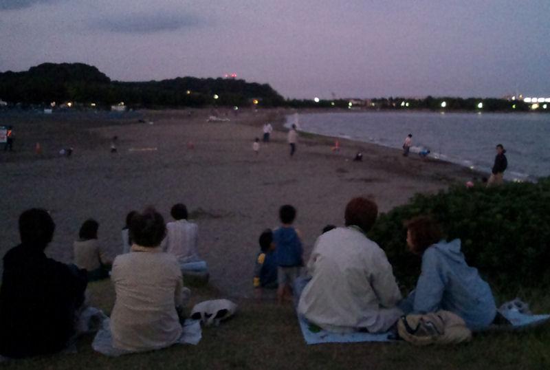暗くなり見物客も集まってきました