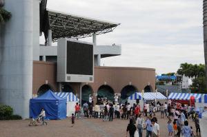 アクアミュージアム前のステージ