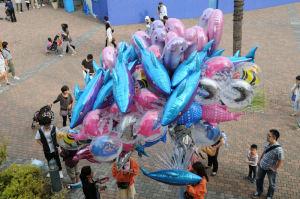 イルカの風船を販売