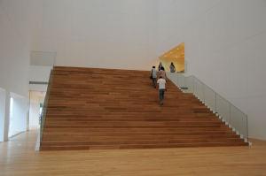 2階入口に続く幅の広い階段