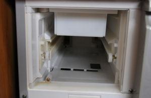 製氷BOXと給水タンクを外します