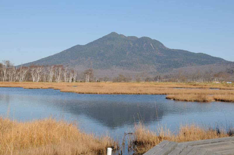 湿原の池に映る燧ケ岳