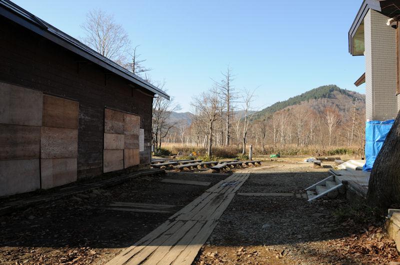 冬支度で閉められた緊急避難小屋