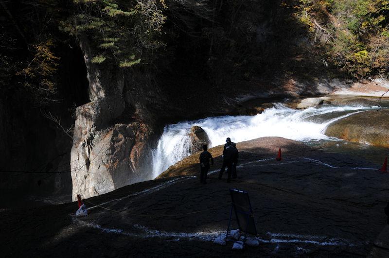 階段の途中からの滝